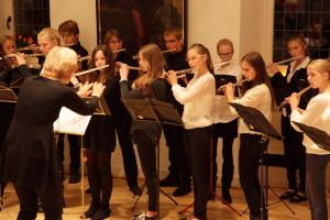 Musiklehrerin Ursula Dortans-Bremm übt mit ihren Querflöten-Schülern für den Auftritt in der Bibliothek Viersen.